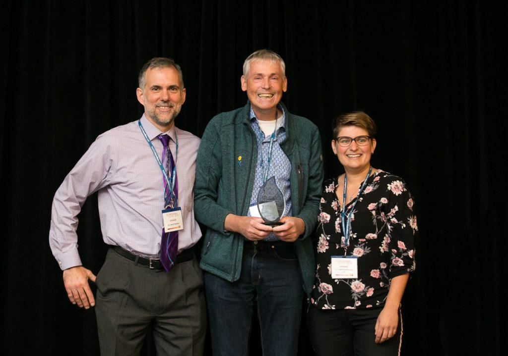 SPIN-Direktor Dr. Brett Thombs (links) und SPIN-Co-Direktorin Dr. Linda Kwakkenbos (rechts) verleihen dem niederländischen Patientenvertreter Joep Welling (Mitte) eine Auszeichnung für seine Arbeit mit SPIN.
